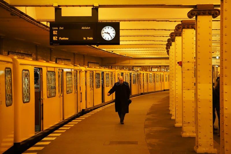 Berlin Man i gul gångtunnel arkivfoto