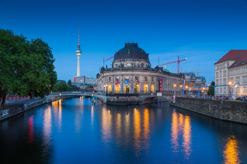 Berlin Museum Island med TVtornet i skymning, Berlin, Tyskland arkivbild