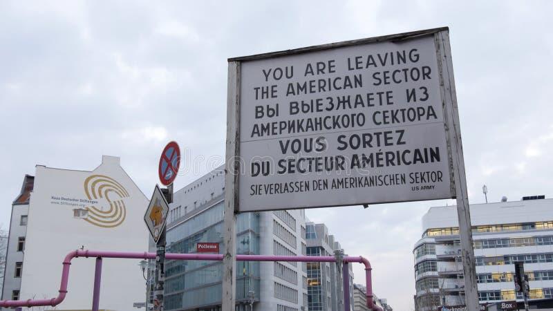 Berlin, Niemcy - Amerykański sektoru znak przy Checkpoint Charlie obrazy stock