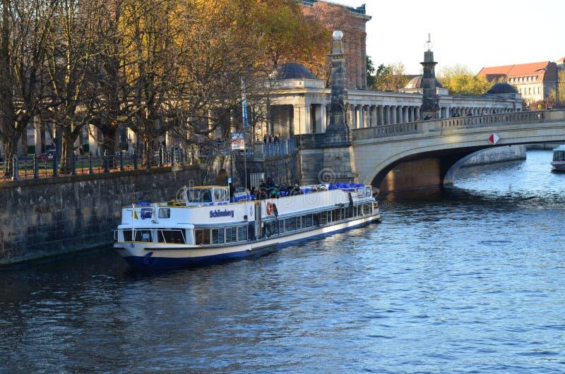 Berlin, Niemcy - Berliński linia horyzontu z starym statkiem zdjęcia stock