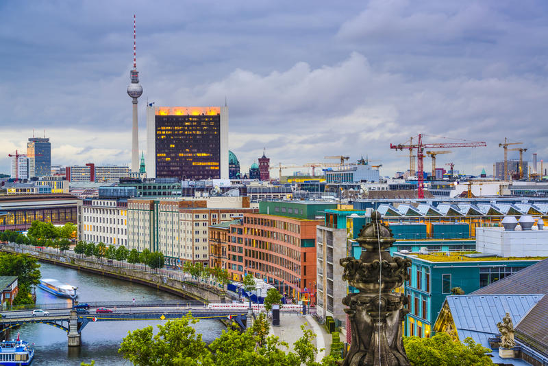 Berlin, Niemcy bomblowania rzeka linia horyzontu zdjęcia stock