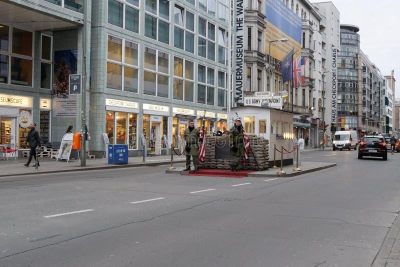 Berlin Berlin Niemcy, Checkpoint Charlie - poprzedni Zachodni i - obraz stock