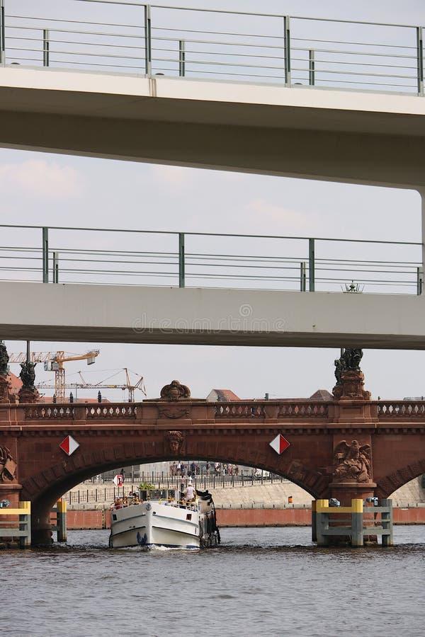 Berlin, Niemcy, 13 2018 Czerwiec Antyczni i nowożytni mosty na rzece w Berlin obrazy stock
