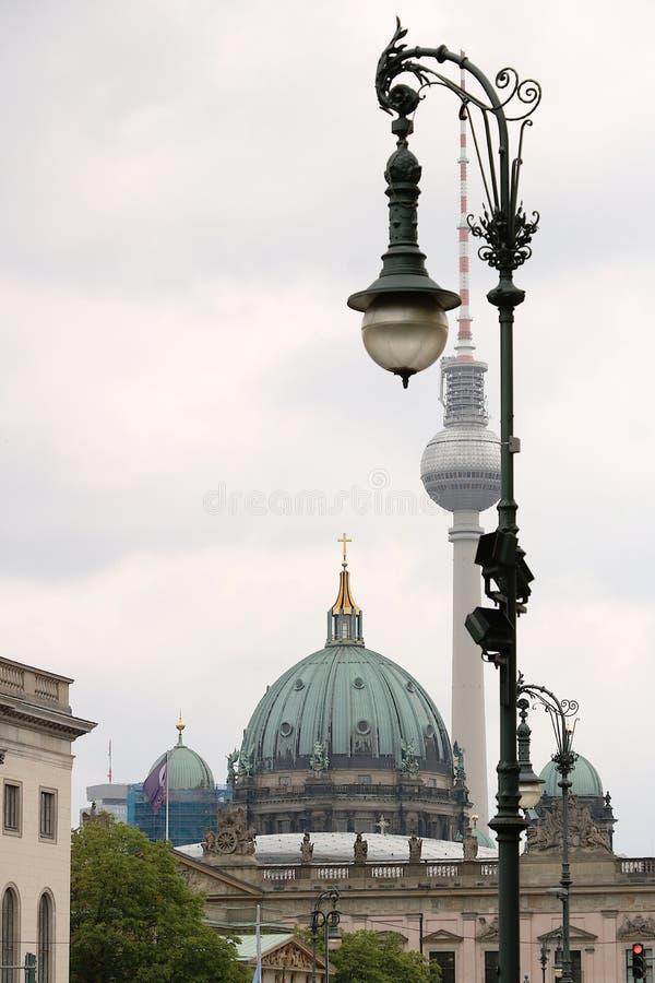 Berlin, Niemcy, 13 2018 Czerwiec Symbole Berlin Kulistość wierza, latarnie uliczne i kopuły telewizyjni, obraz stock