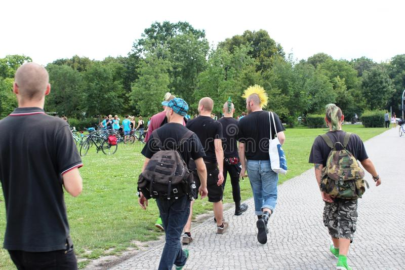 Berlin, Niemcy, 2014: Faceci chodzi w dół ulicę z kolorowym włosy i niezwykłymi fryzura ruchami punków zdjęcie stock