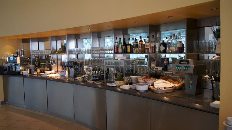 BERLIN NIEMCY, JAN, - 17th, 2015: Karmowy bufet przy Biznesowym holem przy Berlińskim Tegel lotniskiem międzynarodowym zdjęcie royalty free