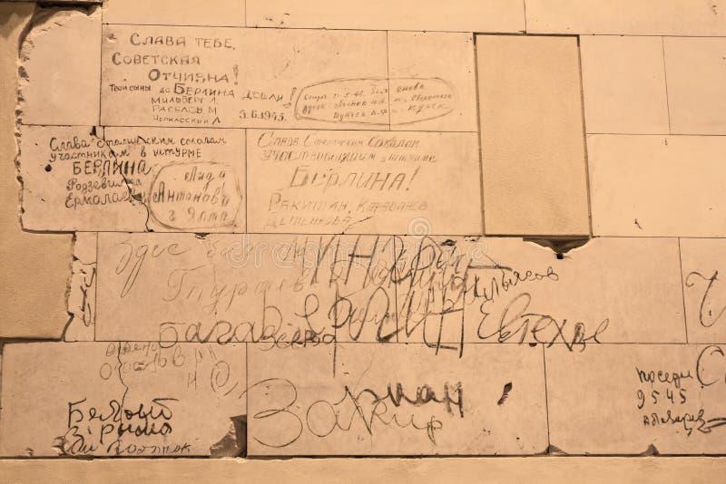 BERLIN, NIEMCY - jenuary 5, 2018: Ściany z dziejowymi wojny światowa dwa inskrypcjami wśrodku Niemieckiego parlamentu obraz stock