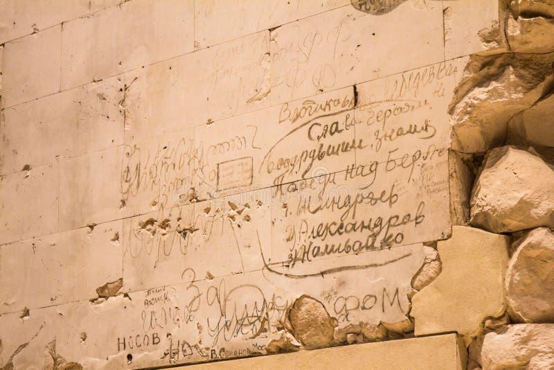 BERLIN, NIEMCY - jenuary 5, 2018: Ściany z dziejowymi wojny światowa dwa inskrypcjami wśrodku Niemieckiego parlamentu obrazy royalty free