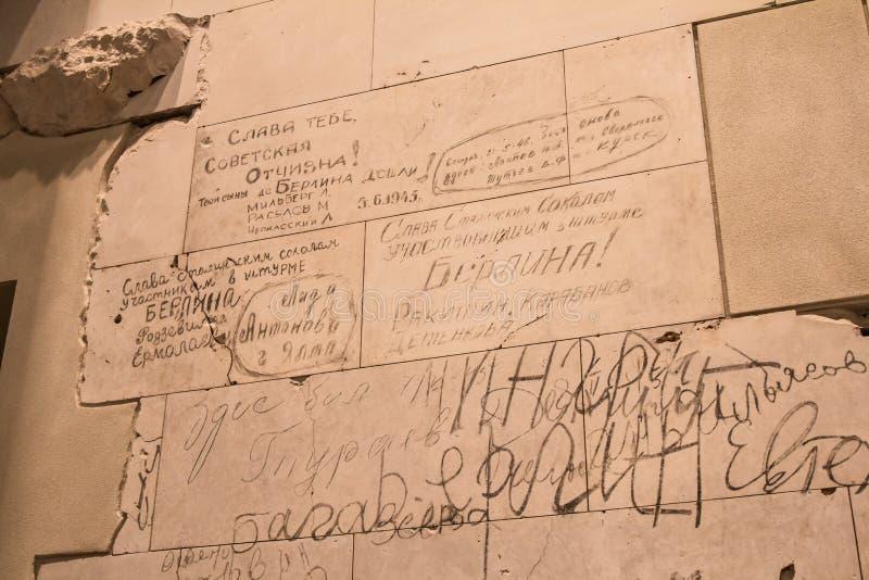 BERLIN, NIEMCY - jenuary 5, 2018: Ściany z dziejowymi wojny światowa dwa inskrypcjami wśrodku Niemieckiego parlamentu zdjęcia stock