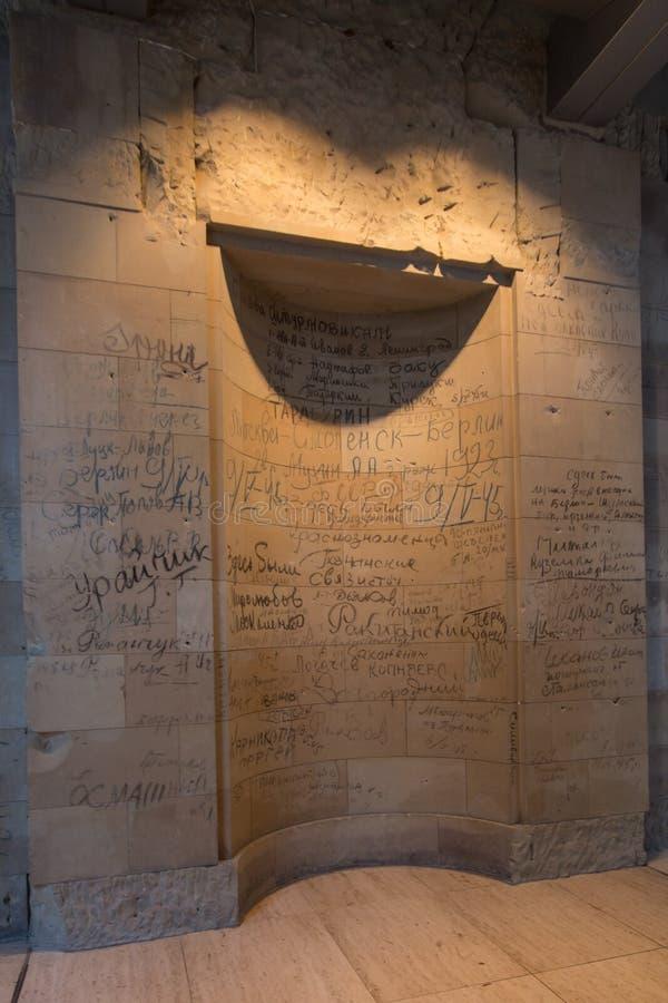 BERLIN, NIEMCY - jenuary 5, 2018: Ściany z dziejowymi wojny światowa dwa inskrypcjami wśrodku Niemieckiego parlamentu zdjęcia royalty free