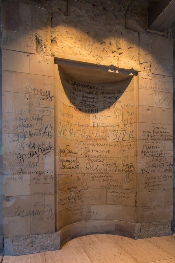 BERLIN, NIEMCY - jenuary 5, 2018: Ściany z dziejowymi wojny światowa dwa inskrypcjami wśrodku Niemieckiego parlamentu obrazy stock
