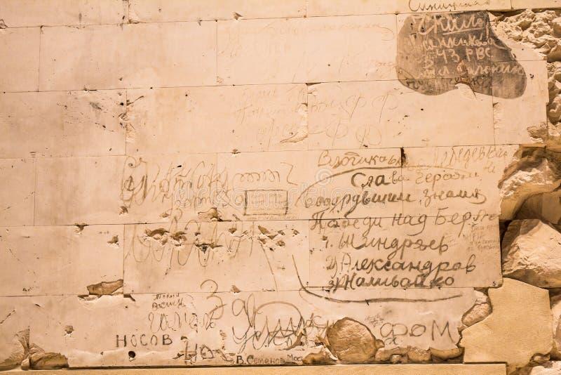 BERLIN, NIEMCY - jenuary 5 2018: Ściany z dziejowymi wojny światowa dwa inskrypcjami wśrodku Niemieckiego parlamentu budynku obraz royalty free