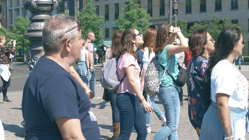 BERLIN NIEMCY, KWIECIEŃ, - 30, 2018 Zatłoczona turystyczna ulica w centrum miasta fotografia royalty free