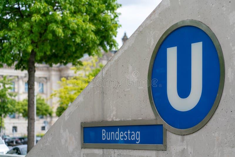 Berlin Niemcy, Lipiec, - 07, 2019: wejście undergroundstation zdjęcie royalty free
