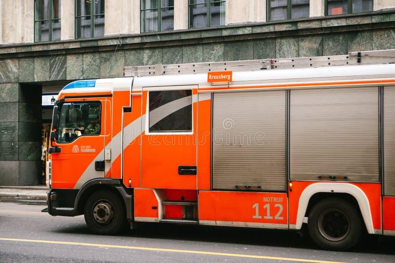 Berlin, Niemcy 15 2018 Luty: nowożytny Niemiecki samochód strażacki poruszający na ulicie w mieście zdjęcie royalty free