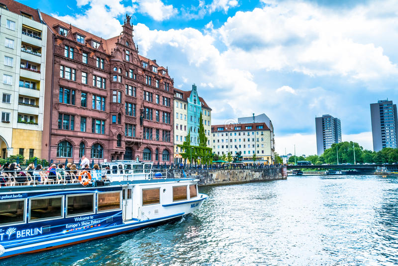 Berlin Niemcy, Maj, - 25, 2015: bulwar rzeka w Berlin z turystycznym statkiem obraz royalty free