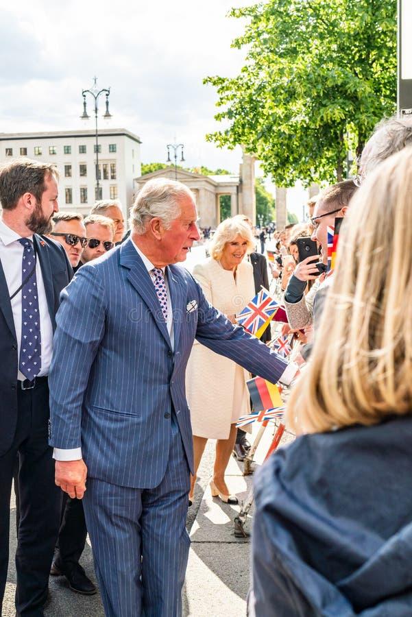 BERLIN NIEMCY, MAJ, - 7, 2019: Charles i Camilla, książę walii, Duchess Cornwall, przed Brandenburg bramą zdjęcia royalty free