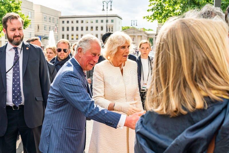 BERLIN NIEMCY, MAJ, - 7, 2019: Charles i Camilla, książę walii, Duchess Cornwall, przed Brandenburg bramą zdjęcie royalty free