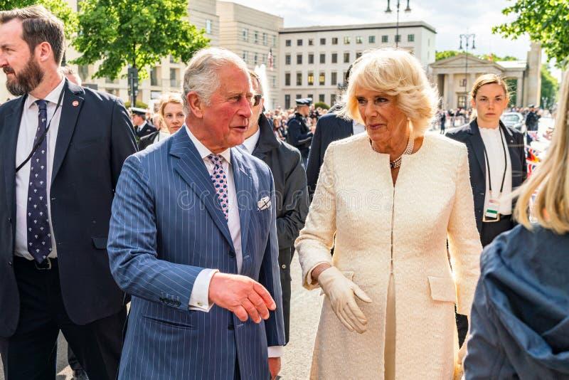 BERLIN NIEMCY, MAJ, - 7, 2019: Charles i Camilla, książę walii, Duchess Cornwall, przed Brandenburg bramą obrazy royalty free