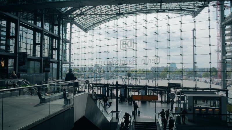 BERLIN NIEMCY, MAJ, - 1, 2018 Hauptbahnhof lub Głównej staci kolejowej fasady szklana ściana, widok from inside zdjęcie royalty free