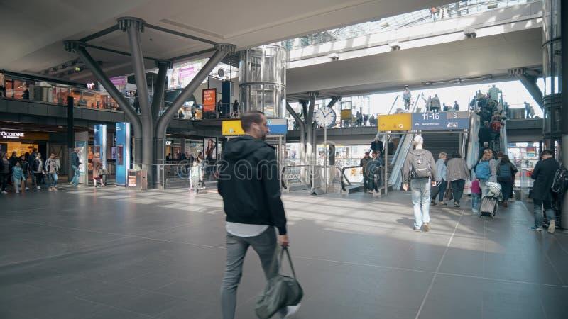 BERLIN NIEMCY, MAJ, - 1, 2018 Pasażery przy Główną stacją kolejową obrazy stock