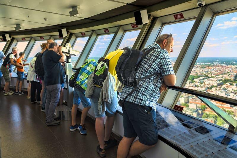 Berlin, Niemcy, Maj 21, 2018 Przegląda gości które mogą podziwiać ogromnego widok nad Berlin na najwyższym piętrze fernsehturm TV zdjęcia royalty free
