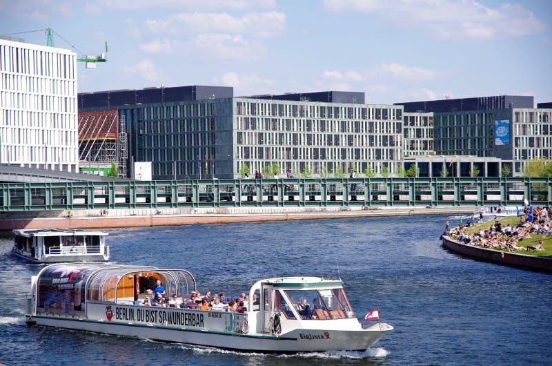 Berlin Niemcy, maj 2016 r., statek turystyczny na rzece Spree zdjęcia royalty free