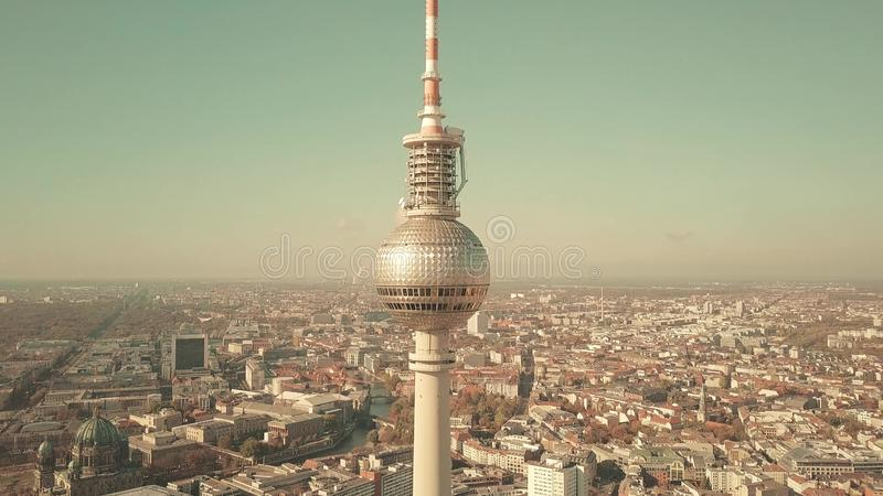 BERLIN NIEMCY, PAŹDZIERNIK, - 21, 2018 antena strzał sławny TV wierza, pejzaż miejski na słonecznym dniu i obrazy royalty free