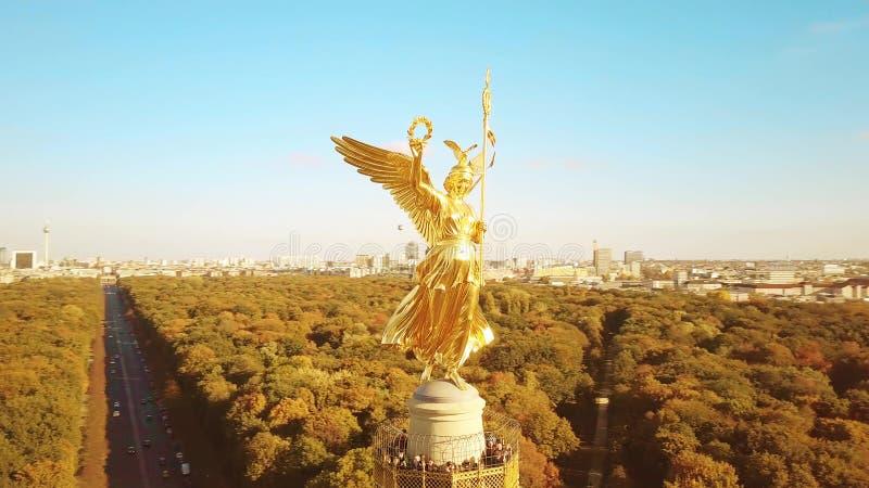 BERLIN NIEMCY, PAŹDZIERNIK, - 21, 2018 W górę widoku z lotu ptaka zwycięstwo Szpaltowa statua i przegląda platforma fotografia royalty free