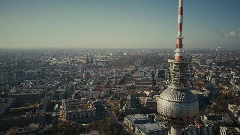 BERLIN NIEMCY, PAŹDZIERNIK, - 21, 2018 Widok z lotu ptaka sławny Berlińczyk Fernsehturm lub telewizji wierza przeciw pięknemu obrazy stock