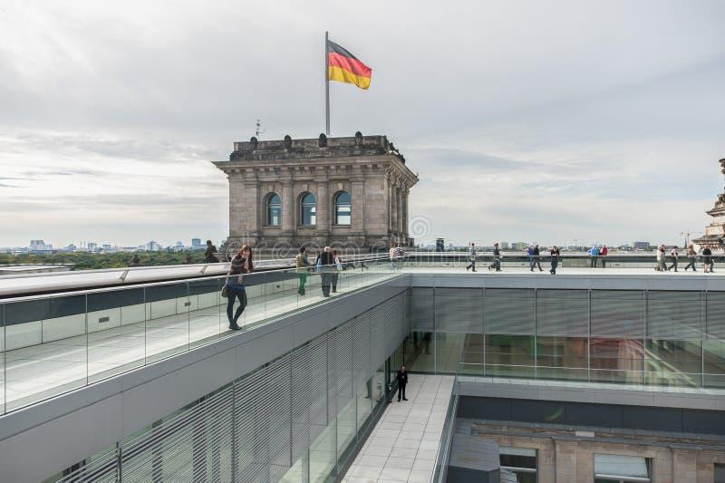 BERLIN NIEMCY, WRZESIEŃ, - 26, 2012: Dach Reichstag budynek w Berlin, Niemcy z turystycznymi ludźmi zdjęcia stock