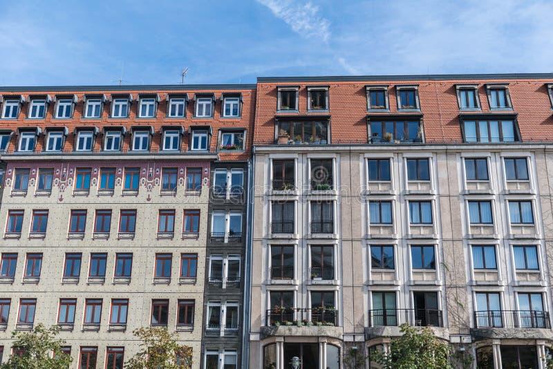 Berlin Niemcy, Wrzesień, - 23, 2018: Intersting i równoległa architektura dwa strony budynki boczni i kolorowi - obok - fotografia royalty free