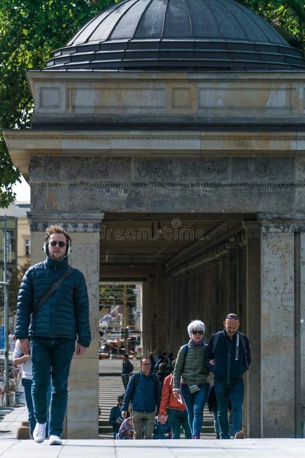 BERLIN NIEMCY, WRZESIEŃ, - 26, 2018: Pedestrians chodzi wokoło Muzealnej wyspy, kompleks międzynarodowo znaczący fotografia stock
