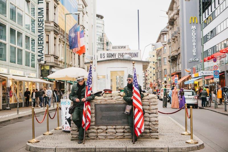 Berlin Oktober 1, 2017: Checkpoint Charlie - gränstestpunkt på Friedrichstrasse i Berlin royaltyfri fotografi