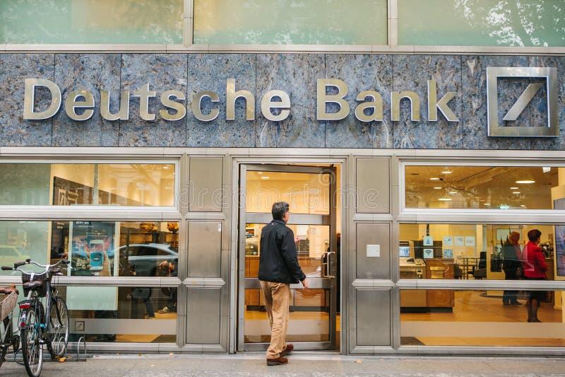 Berlin Oktober 22, 2017: Den okända mannen går in i det härliga glass kontoret av Deutsche Bank royaltyfri fotografi