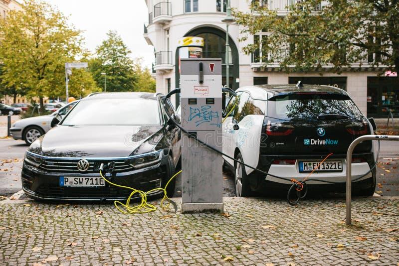 Berlin Oktober 2, 2017: Elbilar laddas på ett specialt ställe för uppladdning av elektriska medel Ett modernt och arkivfoto