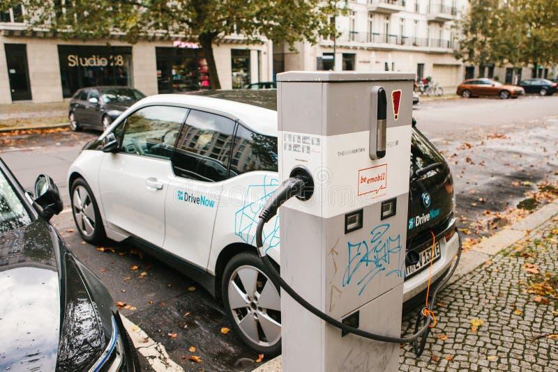 Berlin Oktober 2, 2017: Elbilen laddas på ett specialt ställe för uppladdning av elektriska medel Ett modernt royaltyfri bild