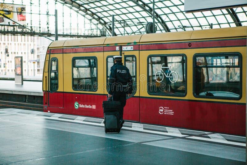 Berlin, Październik 03, 2017: Policjant z wodzem iść pociąg opuszczać Demobilizacja, wakacje Przejażdżka obok obrazy stock