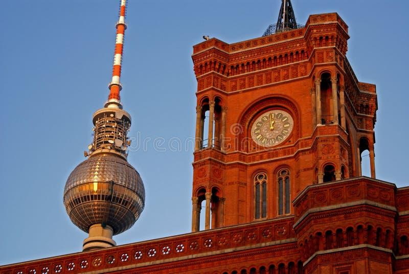 Berlin-Rathaus und Fernsehenkontrollturm stockbilder