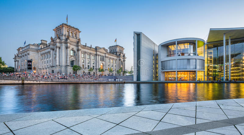 Berlin regerings- område med Reichstag byggnad på skymning, Tyskland fotografering för bildbyråer