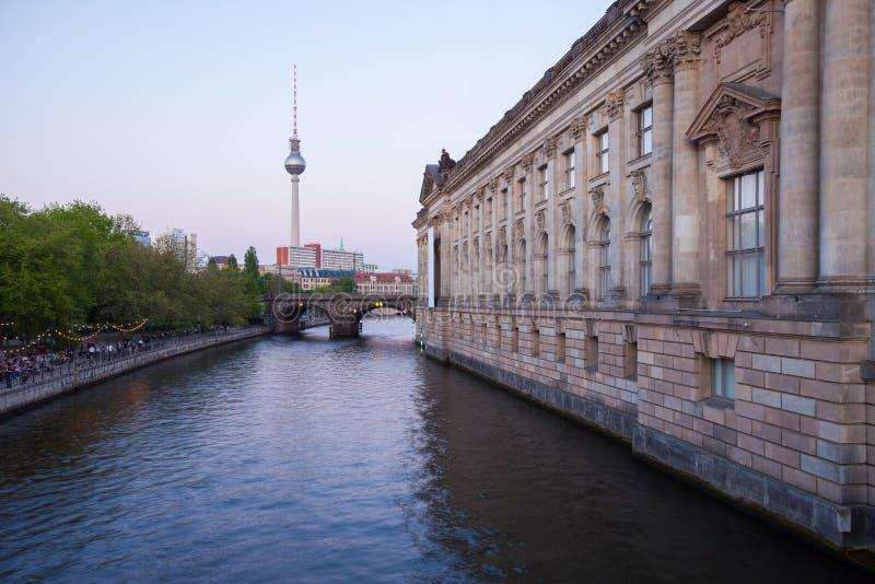 Berlin River Spree TVtorn, varslar museumsidan royaltyfri fotografi