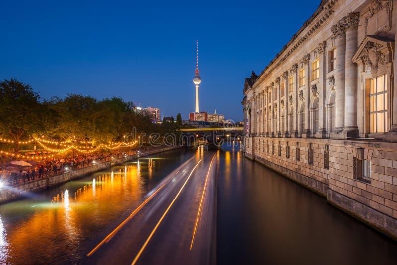 Berlin River Spree TVtorn, varslar museumsidan arkivfoton