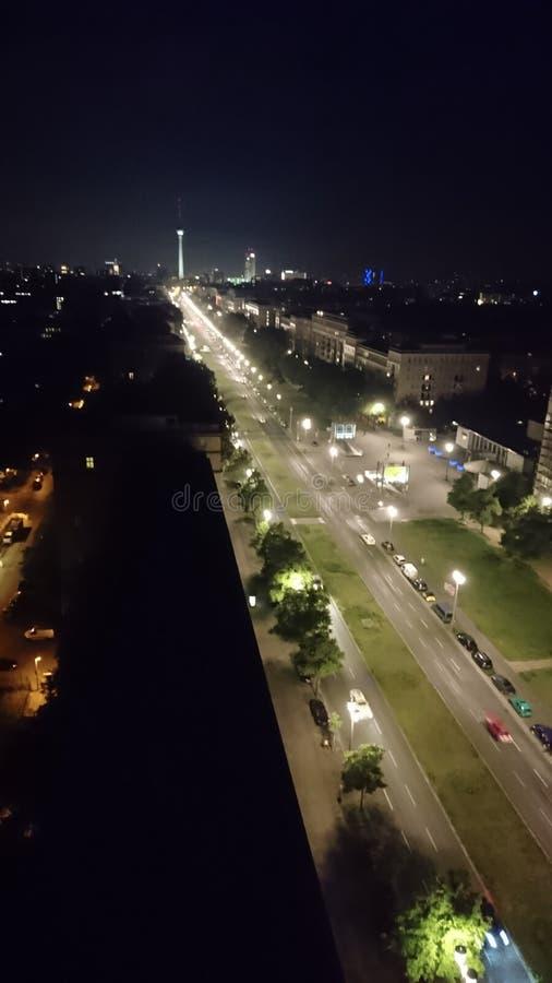 Berlin& x27 ; saucisse de francfort Allee de s la nuit photo stock