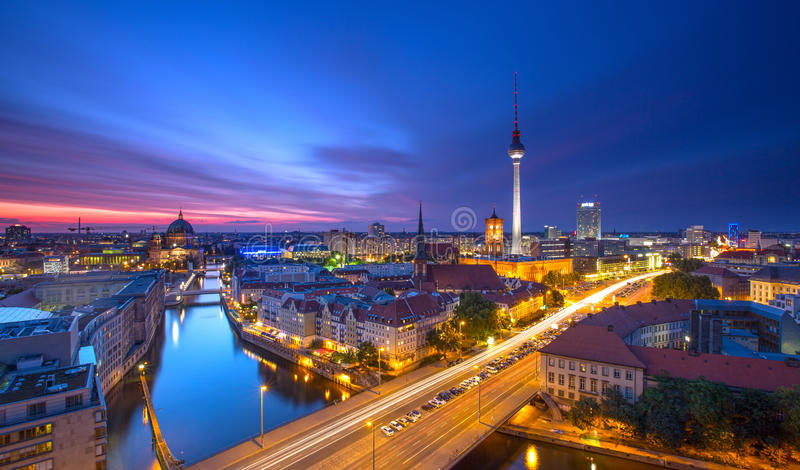 Berlin Skyline City Panorama con la puesta del sol y el tráfico - señal famosa del cielo azul en Berlín, Alemania, Europa fotos de archivo