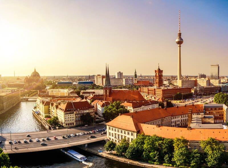 Berlin-Skylinesonnenuntergang stockfoto