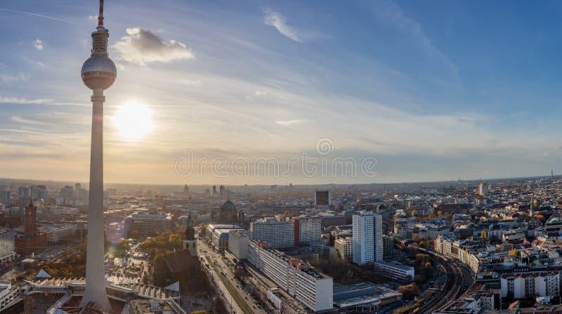 Berlin stadshorisont med TVtornet på solnedgången arkivfoton