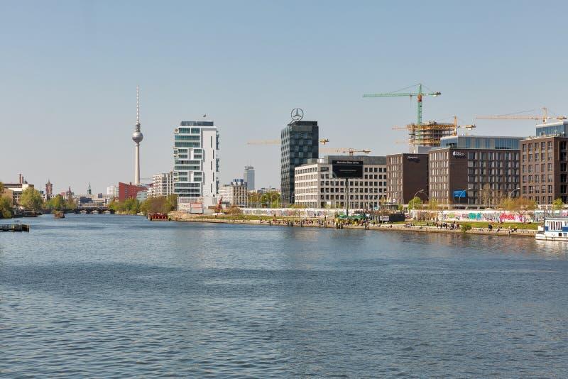Berlin-Stadtbild mit Gelage-Fluss, Deutschland lizenzfreies stockbild