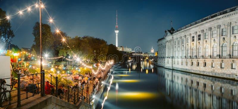 Berlin Strandbar parti på festfloden med TVtornet på natten, Tyskland royaltyfri foto