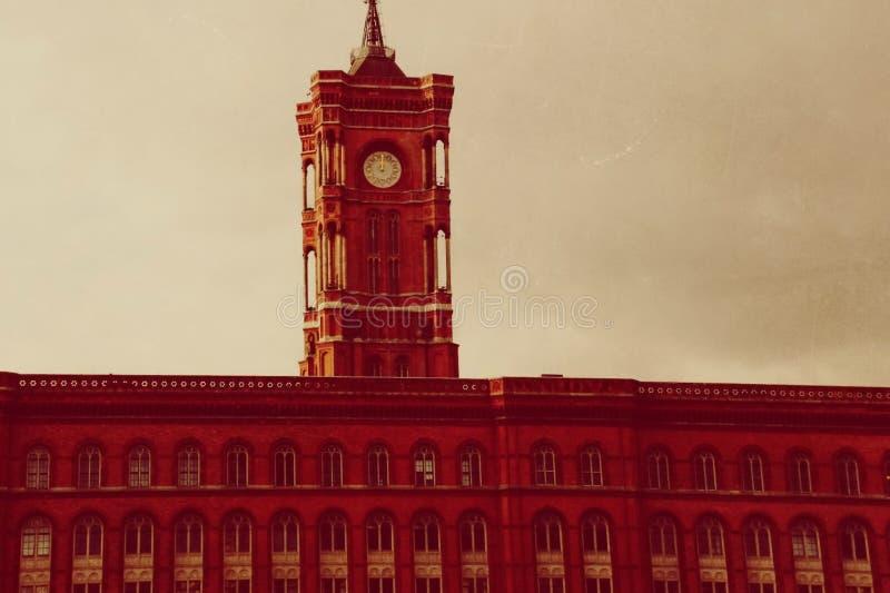 Berlin Town Hall byggnad i fyrkanten arkivbilder