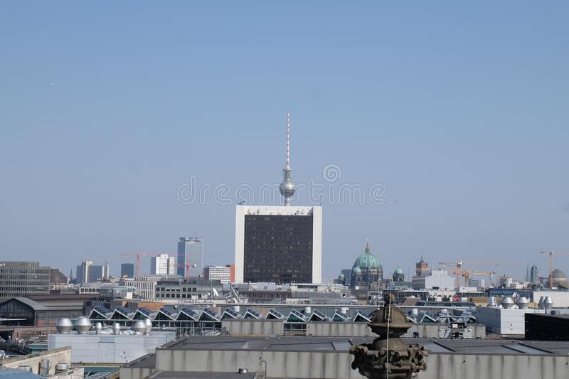 Berlin TV wierza pejzaż miejski z niebieskim niebem zdjęcia stock